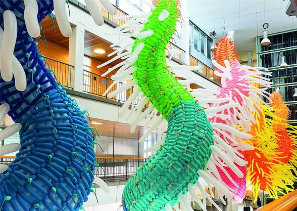 """Die Skulptur """"Summerfugl"""" von Jason Hackenwerth, die aus 15000 Ballonen besteht, ist im Technopark zu sehen."""