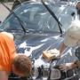 Fleissige Hände am Autowaschtag.tiz