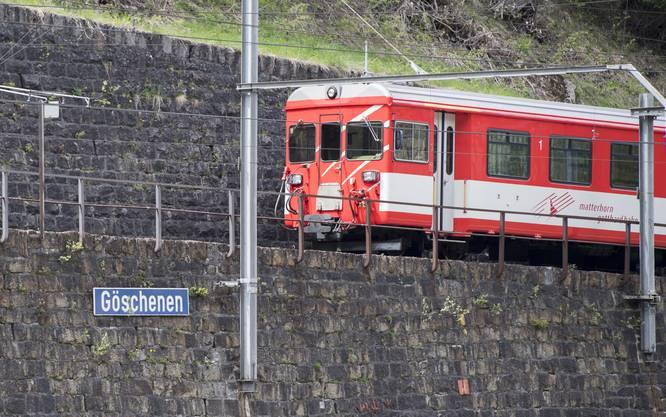 Ein Zug in Göschenen auf der Strecke in Richtung Andermatt
