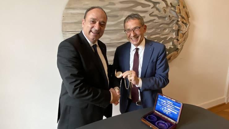 Der diesjährige Landammann Urs Hofmann übergibt die Landammann-Uhr an seinen Nachfolger Markus Dieth.
