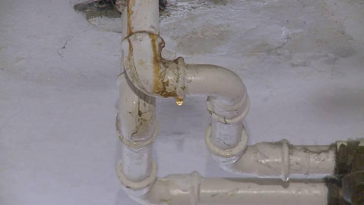 Der Grund für das auslaufende Wasser ist laut Kantonspolizei Solothurn ein Leck in der Warmwasser-Leitung im 6. Stockwerk des Wohnblocks.