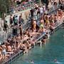 Da staunt der Nichtschweizer: Maskenfreies Sonnenbaden am Zürcher Letten, mitten im Coronasommer. Das Bild, aufgenommen am 20. Juli, schaffte es in die «New York Times».