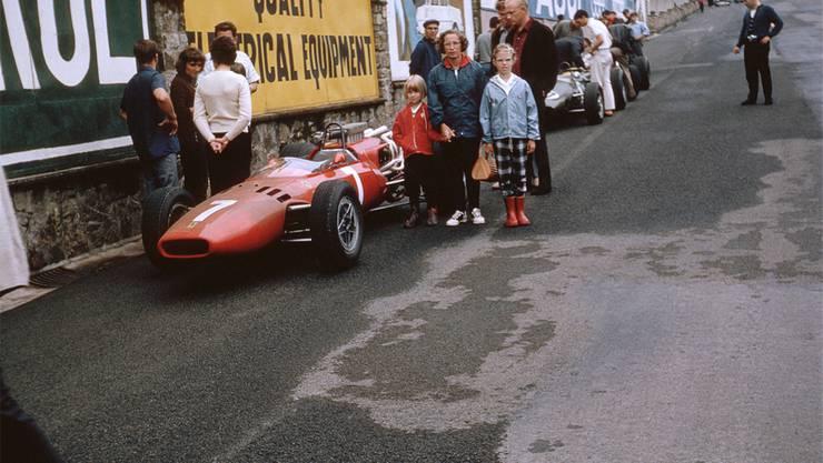 Der Familien-Sonntagausflug führte zum geparkten Ferrari in der Quartierstrasse.