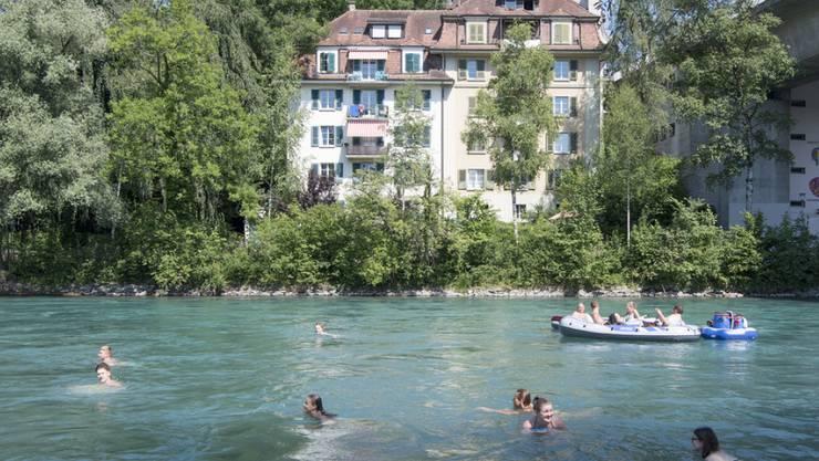 In der Aare schwimmen und dabei die Stadtkulisse Berns bewundern: Diese lebendige Tradition zählt neu zum immateriellen Kulturerbe der Schweiz. (Archivbild)
