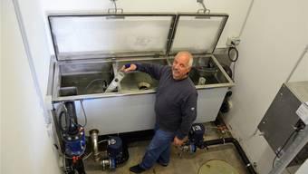 Der Brunnenmeister von Hägglingen, Paul Huser, kontrolliert routinemässig das Filterbecken im Quellwasserpumpwerk Maiengrün. Christian Breitschmid