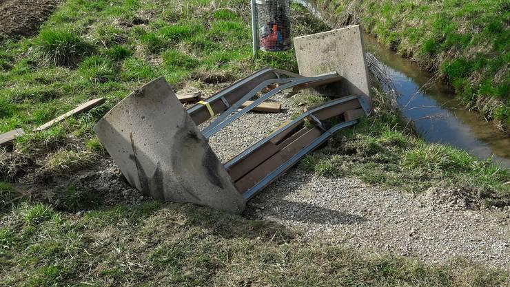 Trotz Beton total zerstört: die Sitzbank.