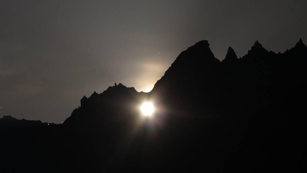 Naturspektakel: Sonne und Mond scheinen durchs Martinsloch