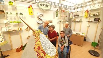 Projektleiter Daniel Reinhart mit den Klienten Madeleine Wickihalder und Ismael Redzepi, sowie Discherheim-Atelierleiterin Rita Flury (v.l.). Bild: Andreas Kaufmann