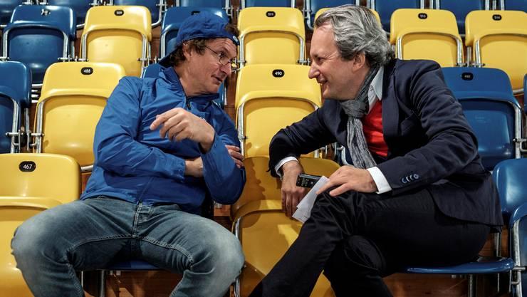 Arno Del Curto sagt zu Christian Berzins in der Davoser Eishalle: «Sie reden dauernd von der Niederlage, mir aber geht es immer um den Fortschritt.»
