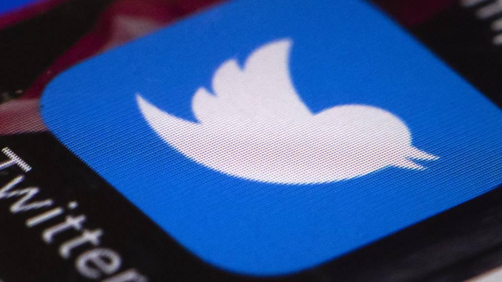ARCHIV - Die Twitter-App wird auf einem Smartphone dargestellt. Twitter hat die Accounts von ehemaligen Farc-Kommandeuren gesperrt. Foto: Matt Rourke/AP/dpa