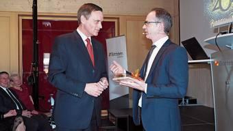 Regierungsrat Jean-Pierre Gallati überbringt Ammann Patrick Gosteli die Grussbotschaft. Die «Steihüttli-Buäbä» in Aktion. Patrick Gosteli bei der Sportlerehrung.