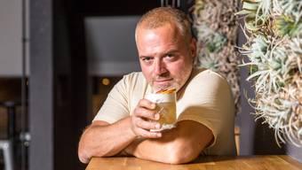 Portrait des Beizers Alex Crivaro, welcher in der Aarauer Innenstadt gleich mehrere Lokale besitzt. Aufgenommen in und vor seiner Bar Max + Moritz am 16. August 2018.