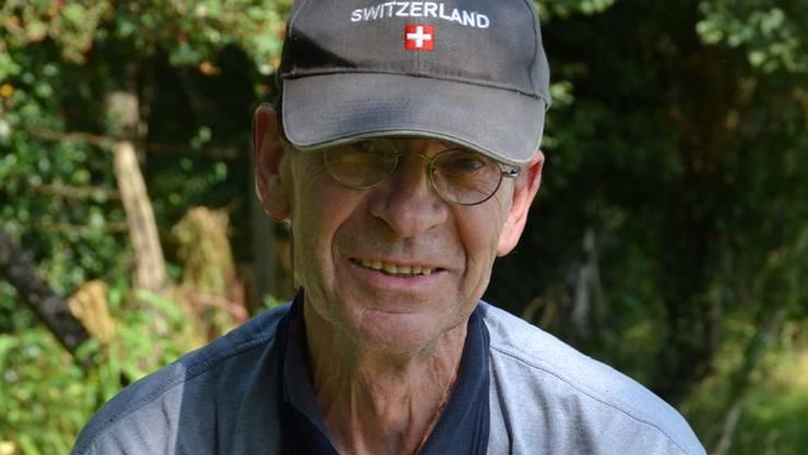Manfred Klopocki reisst unentwegt invasive Neophyten aus. zvg