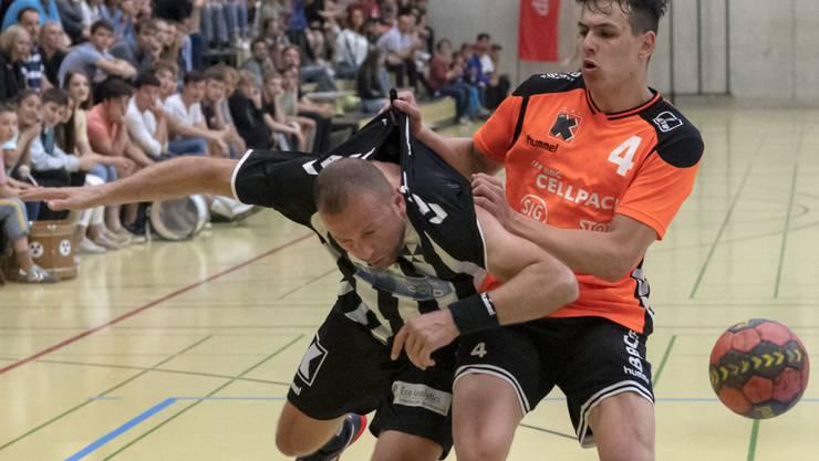 Igor Stamenov (links) vom RTV Basel, hier aus einem Spiel gegen die Kadetten Schaffhausen