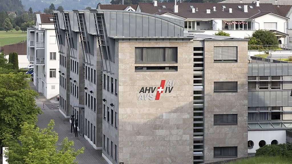 AHV/IV-Stelle des Kantons Schwyz leistet ihren Beitrag an die Senkung von Lohnnebenkosten. (Archivbild)