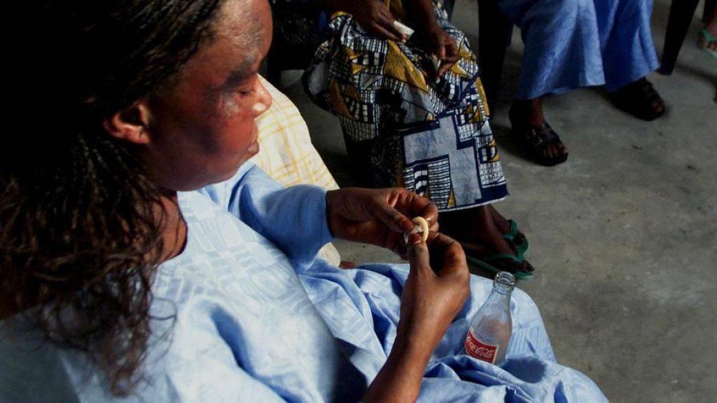 Eine Frau in Dakar übt die Handhabung des Kondoms. Täglich stecken sich weltweit über eine Million Menschen mit einer sexuell übertragbaren Krankheit an - Tendenz steigend. (Archivbild)