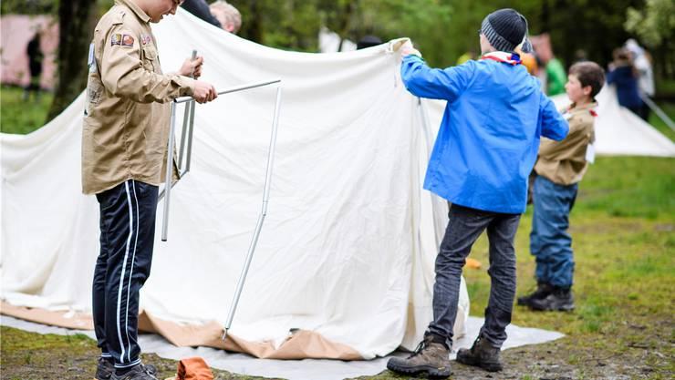 Ein Bild, das viele aus eigener Erfahrung kennen: Pfadfinder stellen ein Spatz-Zelt auf.