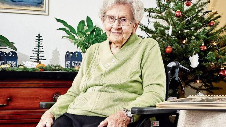 Marie Bieri vor dem Weihnachtsbaum, den ihre Tochter für sie geschmückt hat.