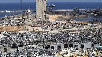 Soldaten der libanesischen Armee, Rettungskräfte und Ermittlungsbeamte arbeiten in den Trümmern am Hafen, an dem am 04.08.2020 eine verheerende Explosion die Umgebung zerstört hat. Foto: Hussein Malla/AP/dpa