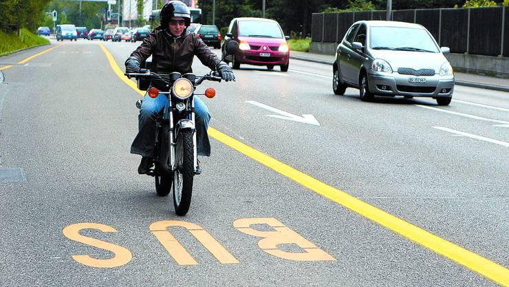 Pilotstrecke: Die Busspuren auf zwei Strassen in der Region Baden dürfen seit Oktober auch von Töffs befahren werden.