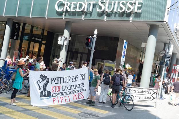 Am Dienstag protestierten Klima-Aktivisten in Basel erneut vor der Credit Suisse.