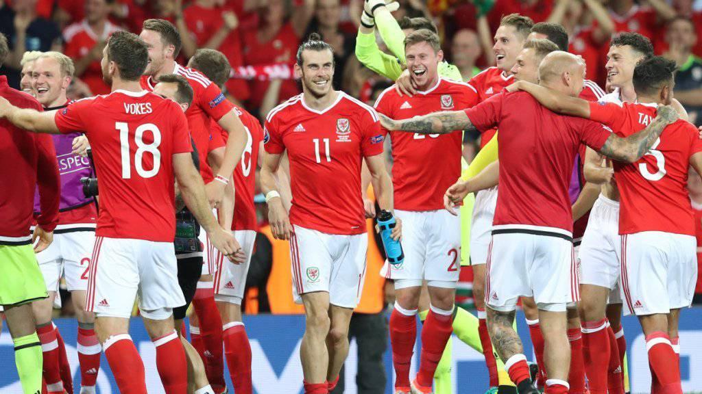 Die walisischen Spieler um Gareth Bale (Nummer 11) feierten am Montagabend den Einzug in die EM-Achtelfinals
