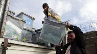Männer transportieren in Afghanistan Wahlzettel