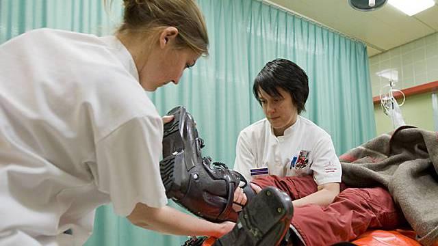 Krankenschwestern helfen nach einem Ski-Unfall (Archiv)