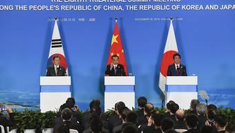 """China, Japan und Südkorea haben ihre Unterstützung für die Atomgespräche zwischen den USA und Nordkorea zugesagt. Die Denuklearisierung Nordkoreas und ein """"dauerhafter Frieden in Ostasien"""" seien ein gemeinsames Ziel der drei Länder, sagte Chinas Premier Li Keqiang (Mitte)."""