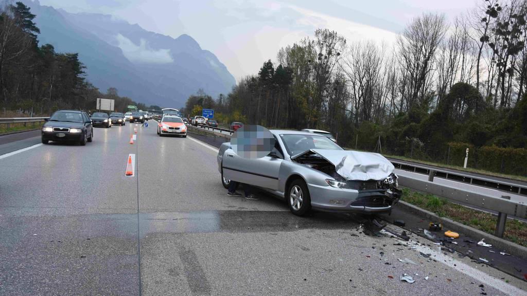 Drei Crash-Autos und zwei Verletzte