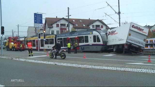 Unfall: LKW kollidiert mit Zug auf dem Mutschellen