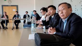 Puntsag Tsagaan, der Leiter des mongolischen Präsidialamtes (rechts) und seine Delegation lauschen dem Vortrag von Vize-Stadtschreiber Stefan Berner.