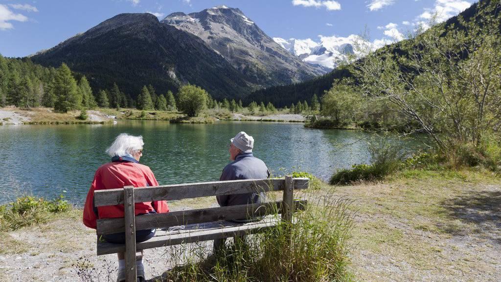 Ein Rentnerpaar geniesst den Ausblick auf die Landschaft um Pontresina.