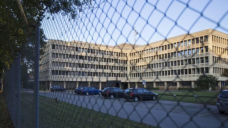 Der Nachrichtendienst des Bundes (NDB) - hier dessen Sitz im Departement für Verteidigung, Bevölkerungsschutz und Sport (VBS) in Bern - soll möglichst bald weitere Befugnisse erhalten, fordert Ex-Geheimdienstchef Peter Regli.