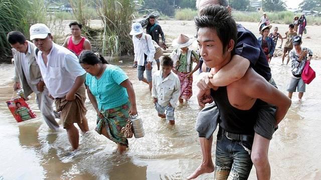 Tausende fliehen nach Thailand