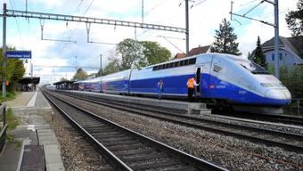 Der doppelstöckige TGV im Bahnhof Grenchen Süd.