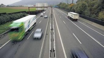 Nicht nur Rechtsüberholen, auch unnötige Linksfahren auf der Autobahn wird gebüsst. (Symbolbild)