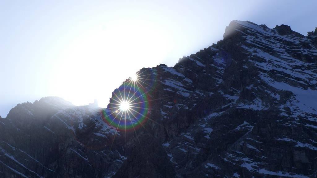 Die Sonne scheint heute durch das Ela-Loch