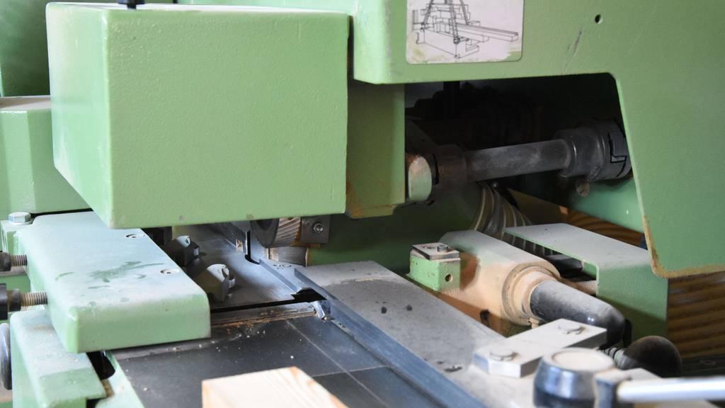 Mit Hand in Hobelmaschine geraten: 18-Jähriger bei Arbeit schwer verletzt