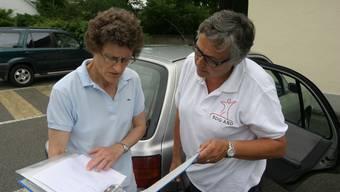 Übergabe: Eliane Frey, Leiterin «Alimenteninkasso Aargau», und Doris Fischer-Taeschler, Präsidentin der AIK-Betriebskommission. (Michael Spillmann)