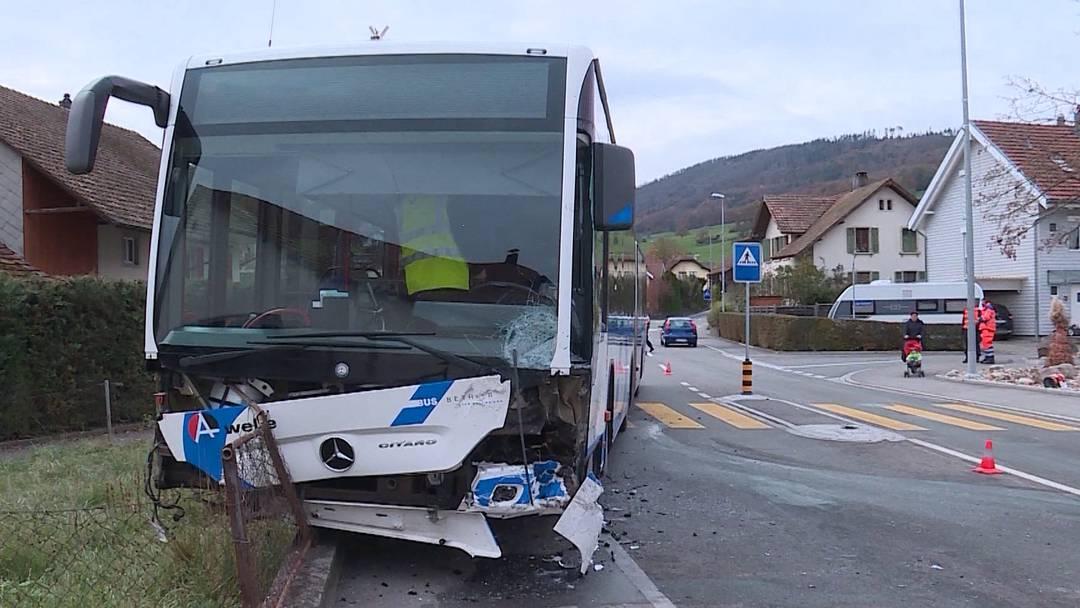 Linienbus kollidiert mit Auto in Erlinsbach SO