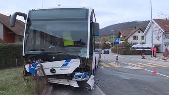 Die Unfallstelle am Mittwoch. Gegenüber Tele M1 schildert ein Bus-Passagier, wie er geholfen hat, die drei Kinder der Autofahrerin aus dem Wagen zu bergen.