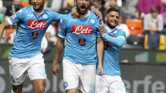 Da war die Welt noch in Ordnung: Gonzalo Higuain (Mitte) erzielt für Napoli das 1:1 und wird später in dieser Partie vom Platz gestellt