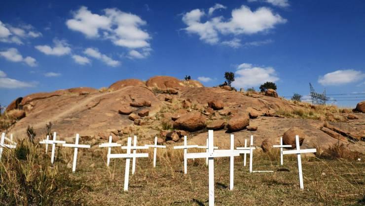 Kreuze erinnern an die 34 getöteten Bergleute - Südafrikas Regierung trifft laut einem Bericht keine Schuld am Massaker bei der Mine (Archiv)