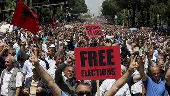 Tausende Anhänger der oppositionellen Demokraten demonstrieren in Albaniens Hauptstadt Tirana für freie Wahlen. (Archiv)