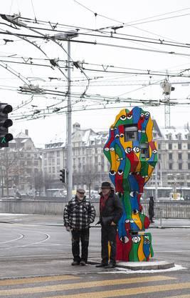 Guerilla-Aktion: Santhori (l.) und Walter Wäschle verhüllten 2016 beim Walcheplatz in Zürich eine echte Radarfalle.
