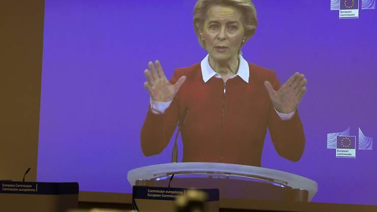 EU-Kommissionspräsidentin Ursula von der Leyen spricht per Videokonferenz in einen Presseraum im EU-Hauptquartier. Foto: Virginia Mayo/AP Pool/dpa