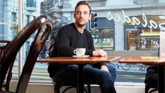 «Statt dass man stolz ist, dass ein Schweizer Autor in Frankreich etwas zählt, sagt man, das sei keine Literatur»: Joël Dicker beim Treffen in einem Café in Genf. ©