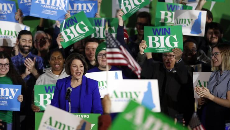 Auch Kandidatin Amy Klobuchar ist schon im Vorwahlen-Modus mit Besuchen in den einzelnen Bundesstaaten: Hier feiert sie mit Unterstützern an einer Wahlnacht-Party.
