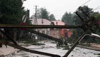 Der starke Wind liess Strommasten wie Zündhölzer umknicken - hier im polnischen Ort Rusinow